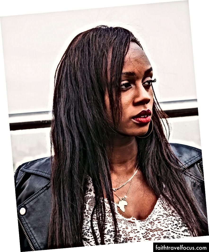 «Жінка в чорній шкіряній куртці» Шалома Мвенесі на Unsplash