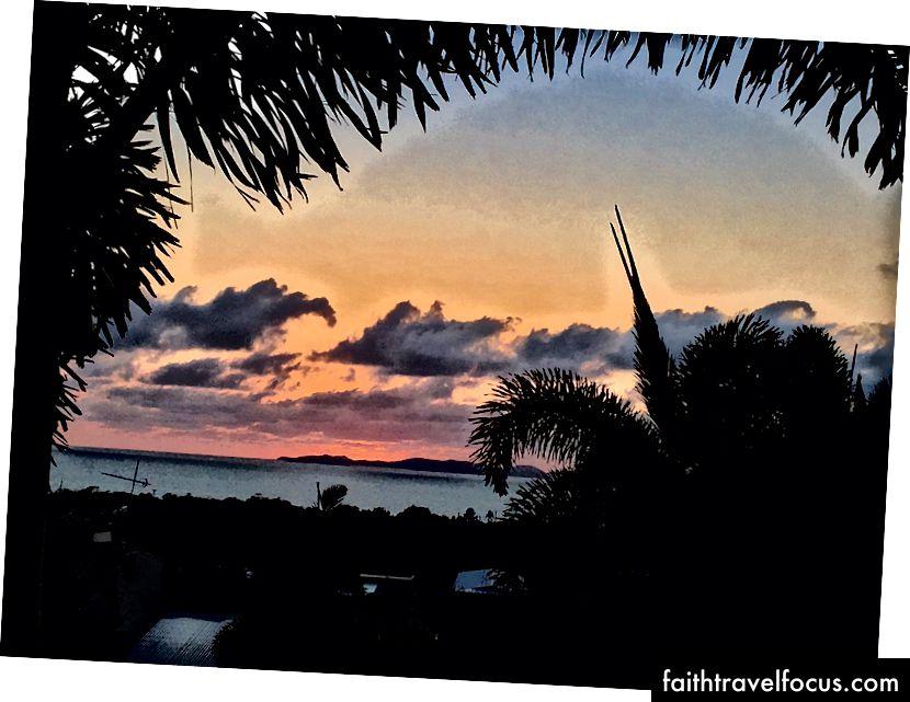 Mặt trời mọc nhìn ra quần đảo Keppel ở Yeppoon, Úc (Ảnh Donna Kos)
