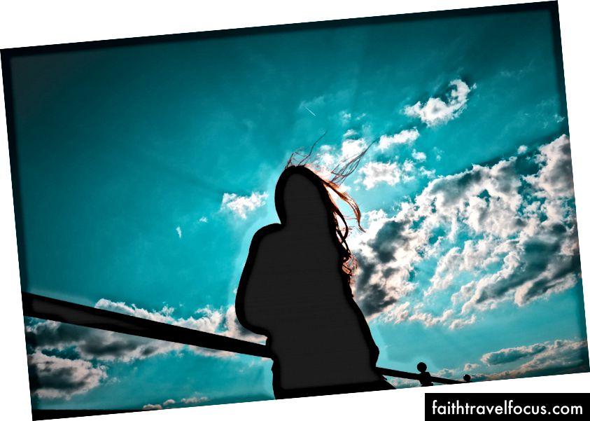 """""""Bulutlu gökyüzü ile duran kadın silueti"""" Joshua Fuller tarafından Unsplash"""