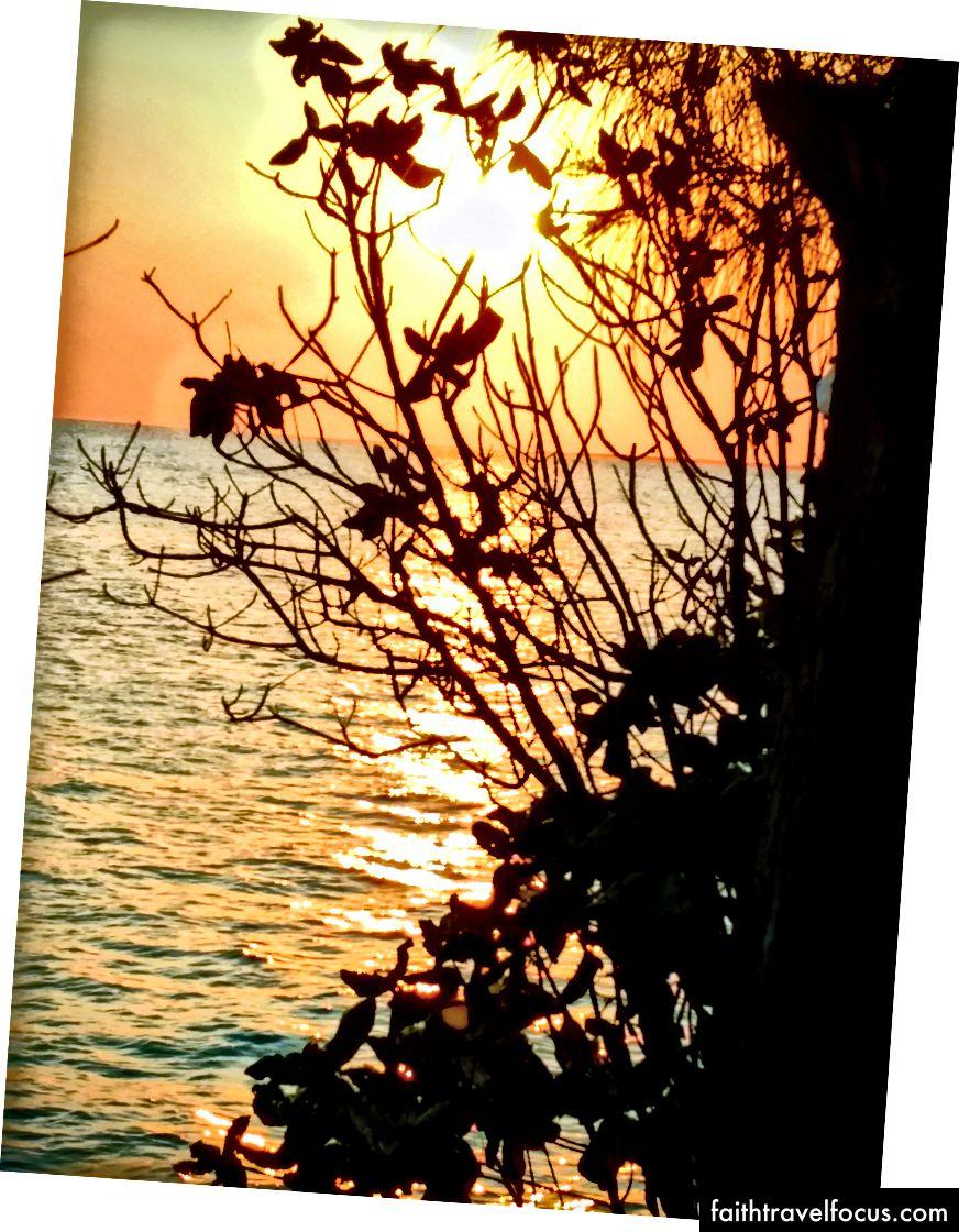 Зліва: моя некрасива кружка. Справа: ще один заманливий захід сонця.