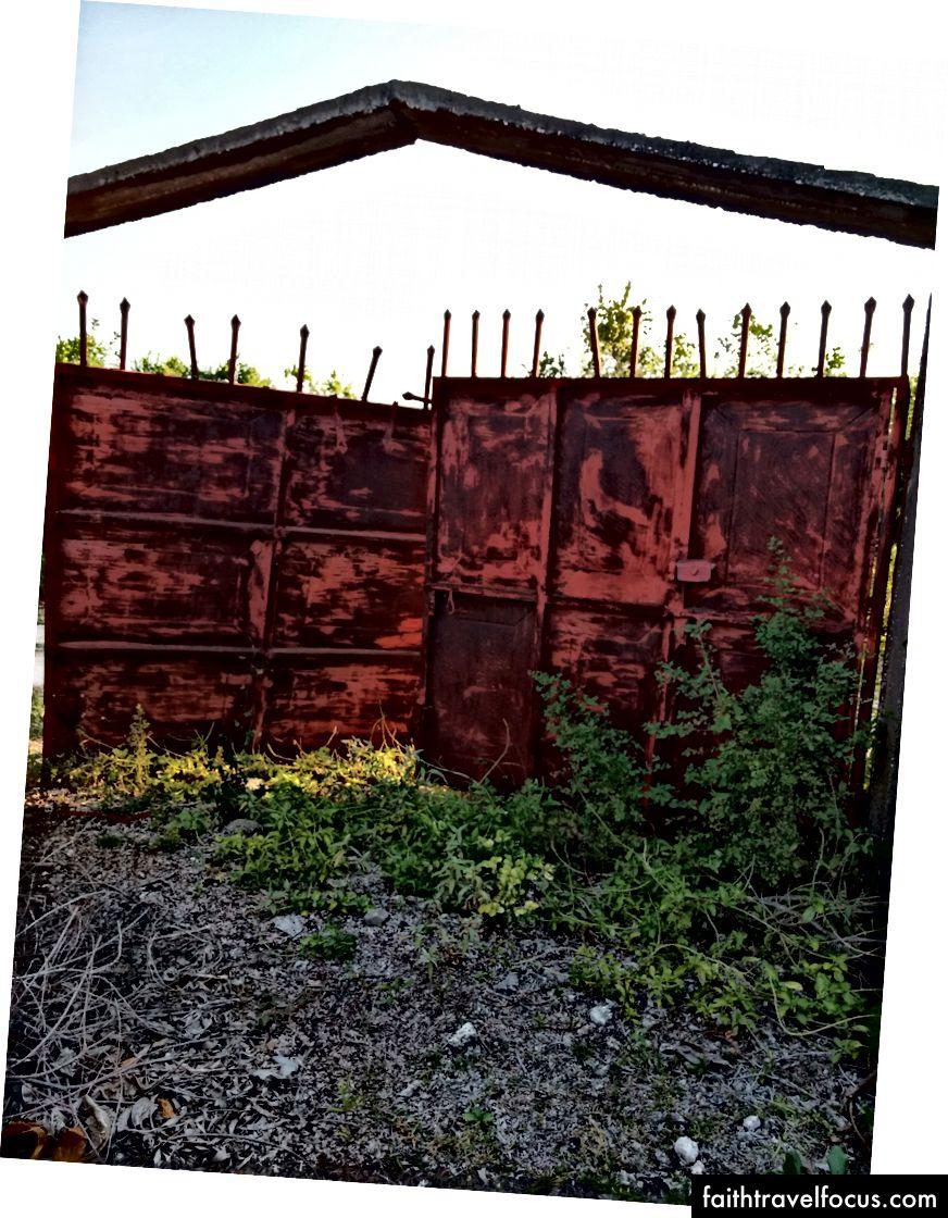 Có một vài tòa nhà bỏ hoang dọc theo con đường trong các tiểu bang xây dựng khác nhau. Tôi lẻn qua cổng ở đây để khám phá bên trong của một. Có rất nhiều thứ để xem: tường cinderblock và sự phát triển quá mức.