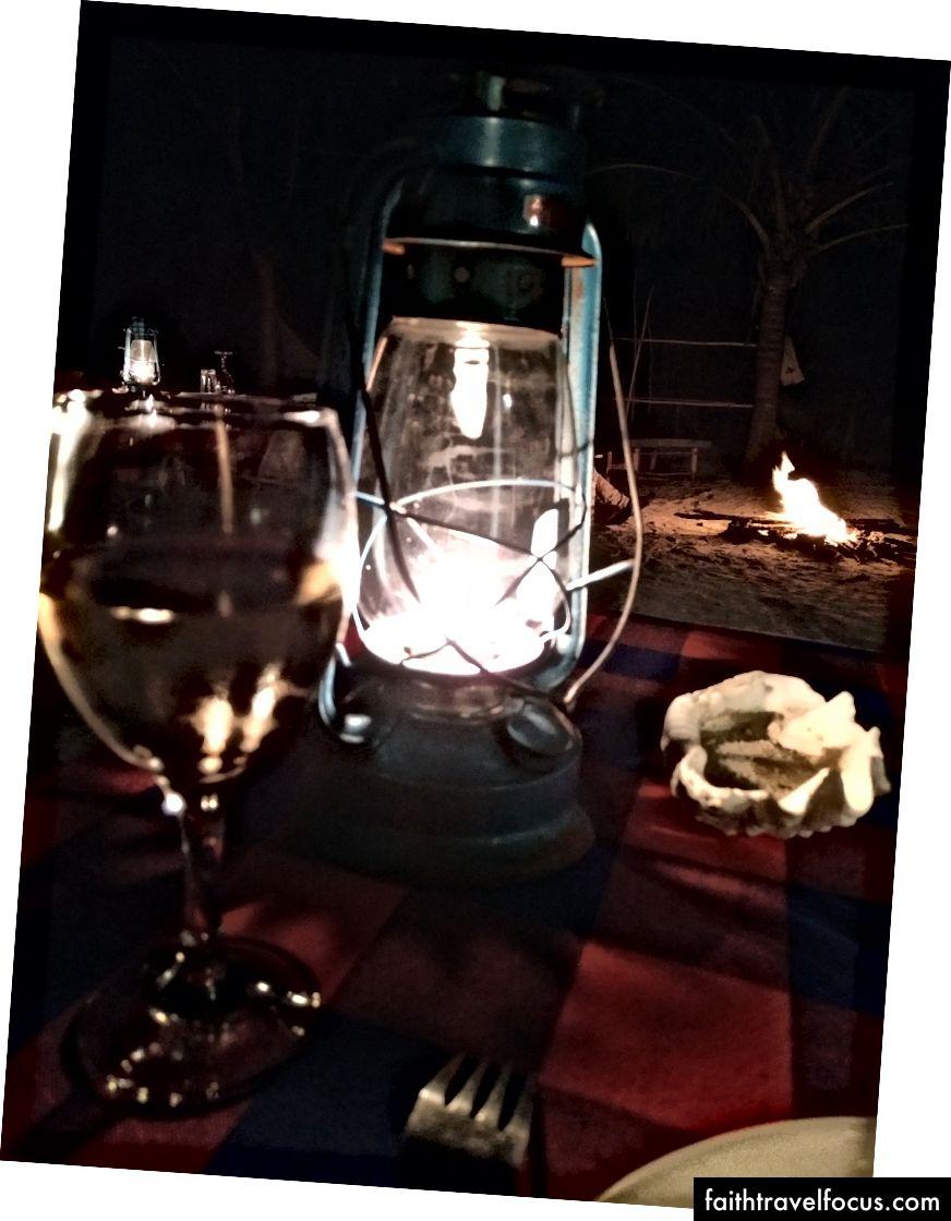 Bữa tối dưới ánh nến ở nhà nghỉ tiếp theo. Thức ăn rất ngon, chúng tôi đã quay lại lần thứ hai.