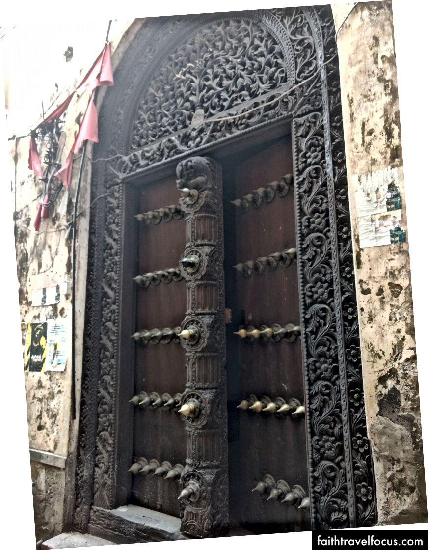Hình dạng của khung cửa là quan trọng về mặt văn hóa. Khung hình vuông là tiếng Ả Rập, trong khi khung hình tròn chịu ảnh hưởng của Ấn Độ. Những người Swour khiêm tốn hơn, thường có màu xanh lam.