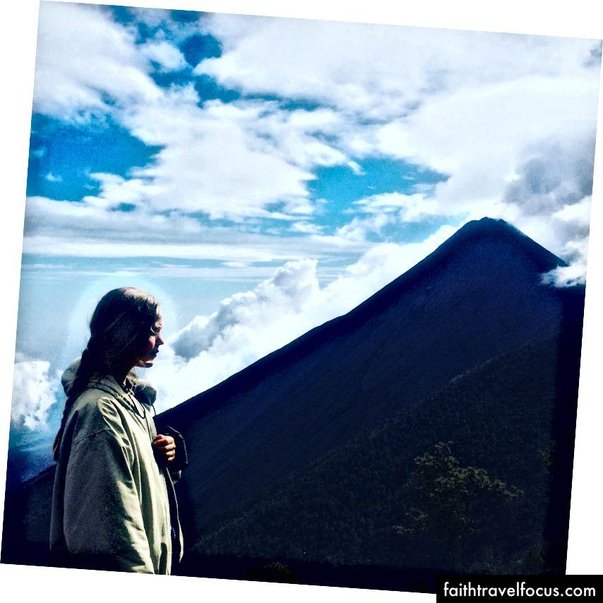 Volkan canlı bir yaratıktır - burada Guatemala'da, Akatenango'nun dumanını soluyor.