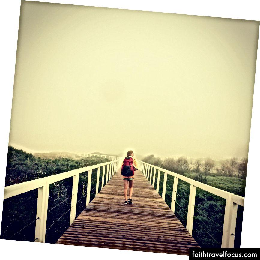 Nếu trời mưa, tôi sử dụng áo khoác không thấm nước nhưng trong mọi trường hợp tôi đi bộ. Một nơi nào đó dọc theo bờ biển ở Bồ Đào Nha.