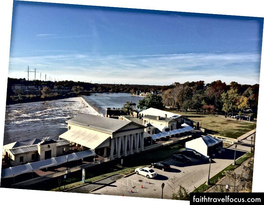 Philadelphia Kayıkhane Sanatı Müzesi ve The Waterworks'deki Schuykill Nehri'nin arka kapısından görünümü