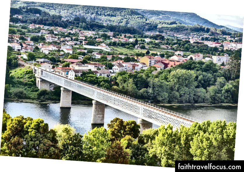 Cây cầu quốc tế bắc qua sông Minho, giữa Valenca, Bồ Đào Nha và Tui, Tây Ban Nha. Tín dụng hình ảnh: Adob chăn nuôi