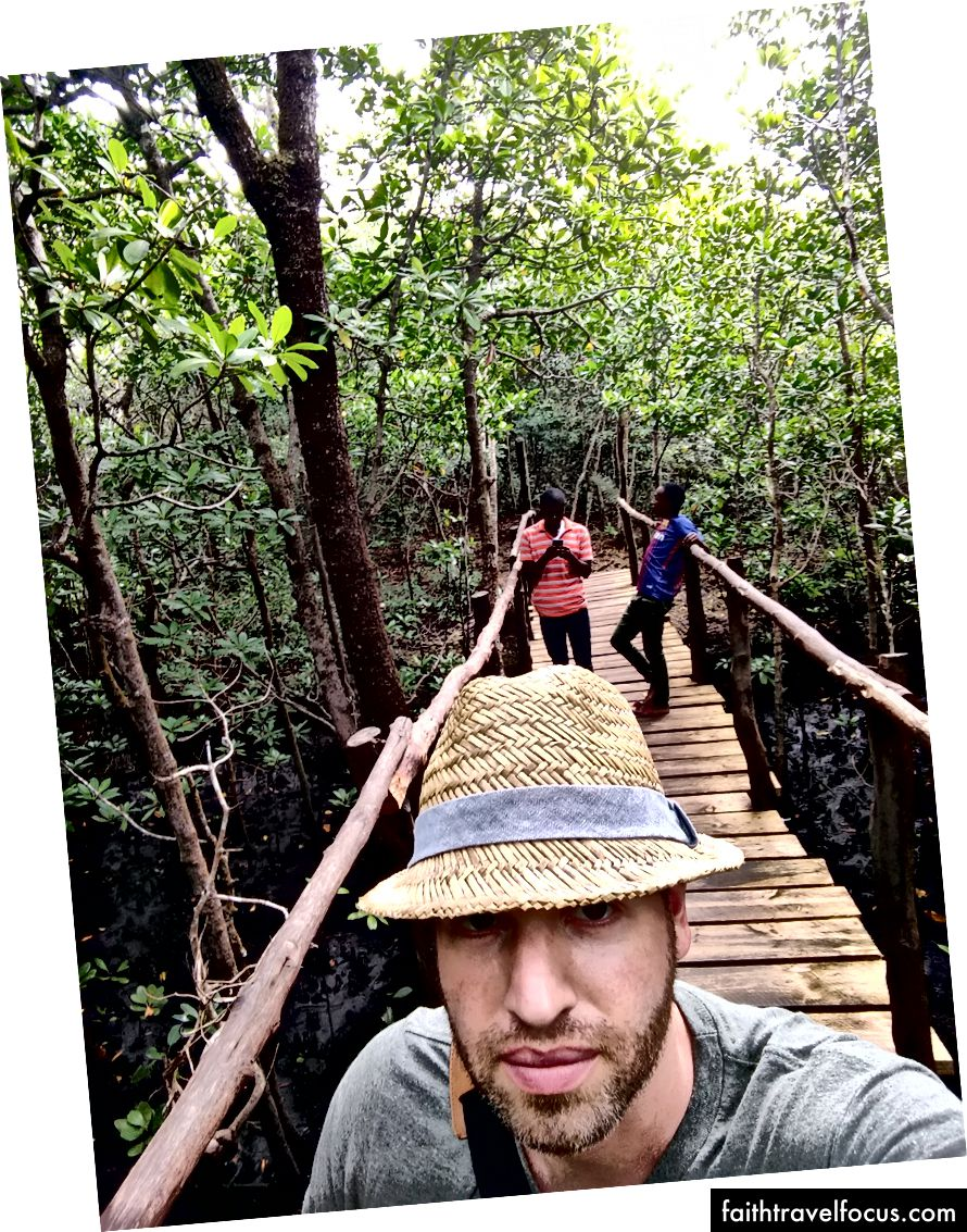 Đằng sau tôi là đội trưởng và người lái xe. Cả hai đều chưa từng thấy rừng ngập mặn trước đây nên họ đã chụp rất nhiều ảnh tự sướng để đăng lên Facebook.