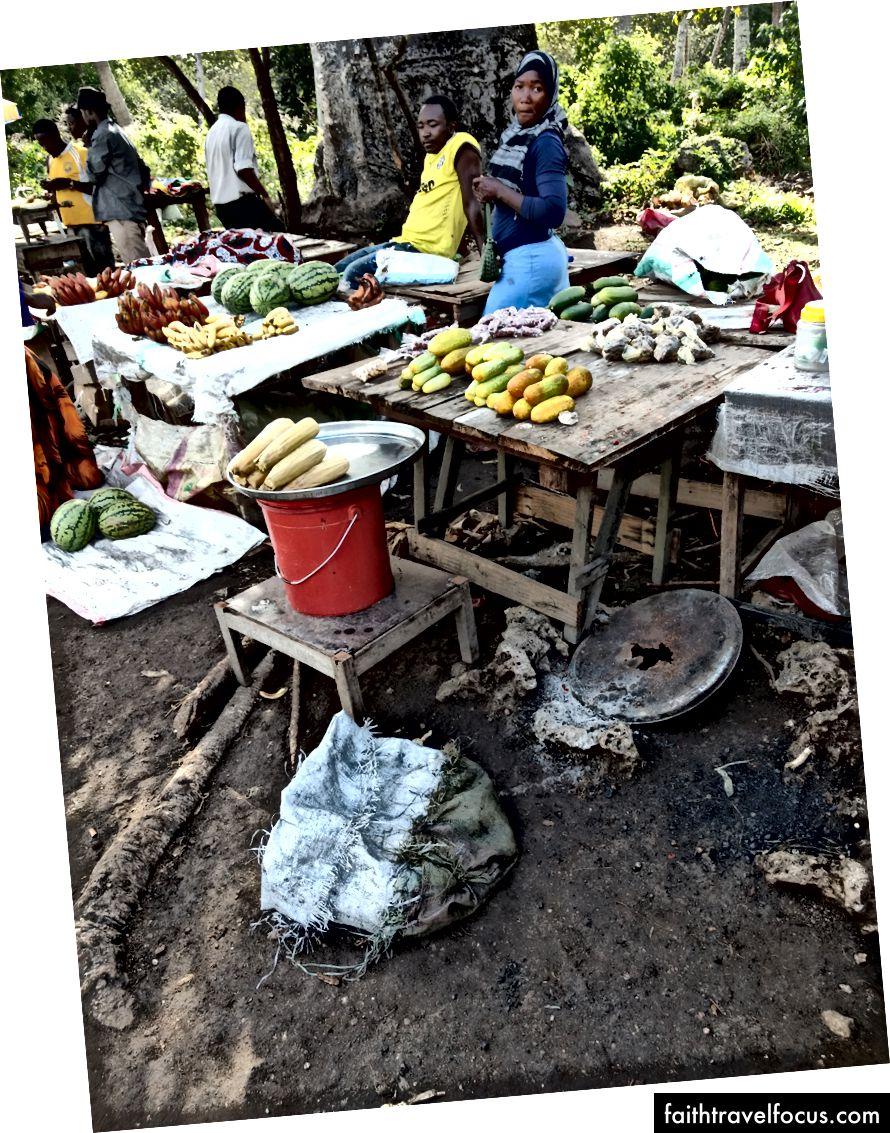 ซ้าย: เมล็ดโกงกาง ขวา: ตลาดเล็ก ๆ นอกอุทยานแห่งชาติ ฉันกินมะพร้าว
