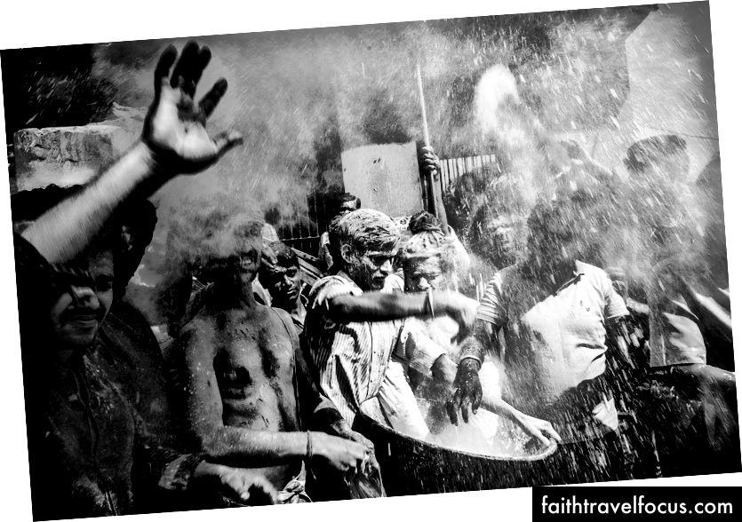 Manikarnika Ghat'taki Holi Festivali, Varanasi. Renkli tozlar atmak yerine, ölü yakma yerinden insan külü kalabalığın üzerine atılır.