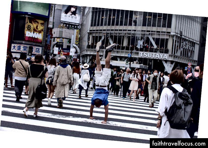 Băng qua giao lộ nhộn nhịp nhất thế giới (Ngã tư Shibuya) trong phương pháp đi bộ ưa thích của tôi.