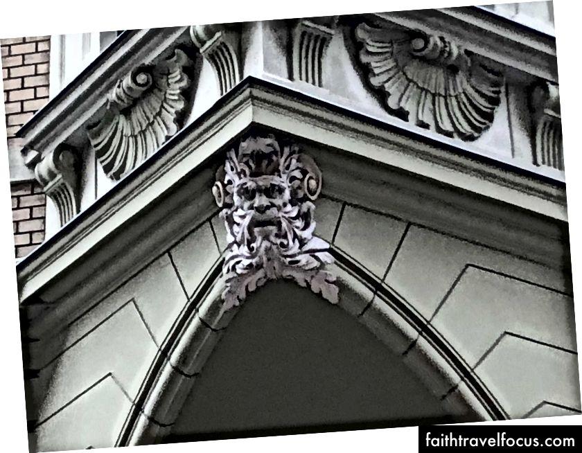 Kapı heykel, Budapeşte