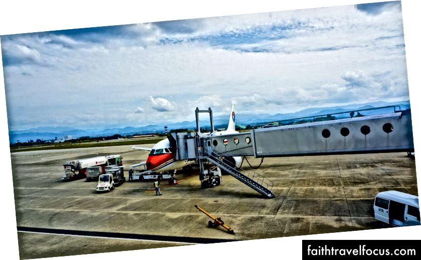 Рукава літака ніколи не відходили, мабуть, вони завжди знали, що ми збираємось спуститися.