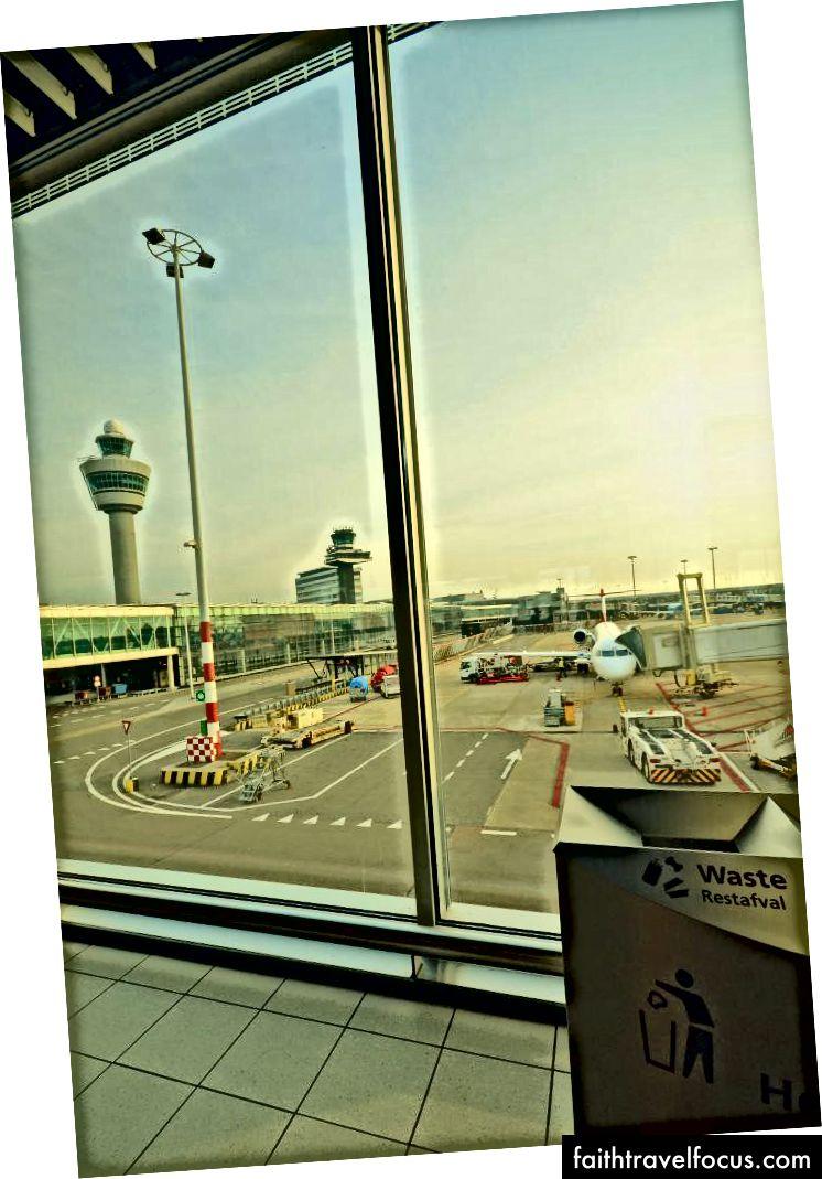 Більше 12 годин ми мали такий погляд на внутрішню частину аеропорту.