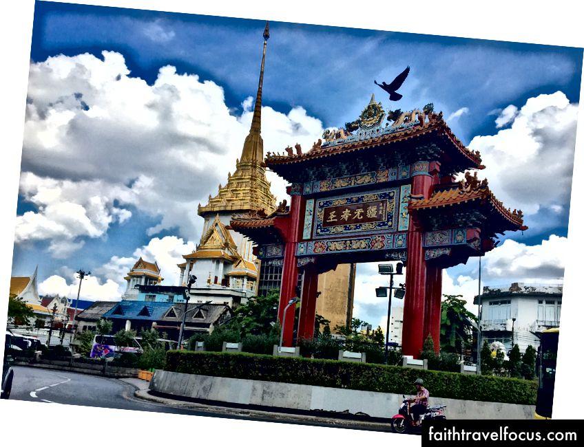 Арка святкування Дня народження короля. Ворота китайських кварталів, Бангкок, Таїланд (Донна Кос)