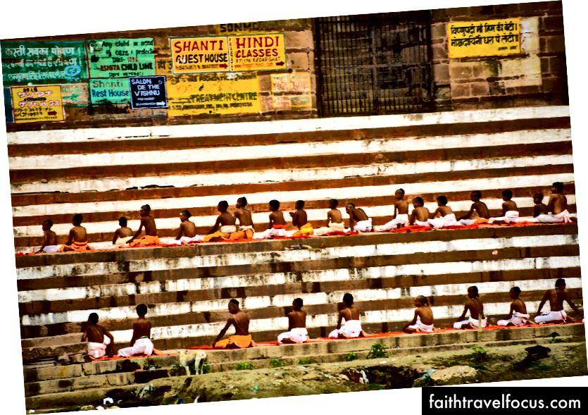 Saškritu studenti, kas sēž rindā, foto © Erika Burkhalter