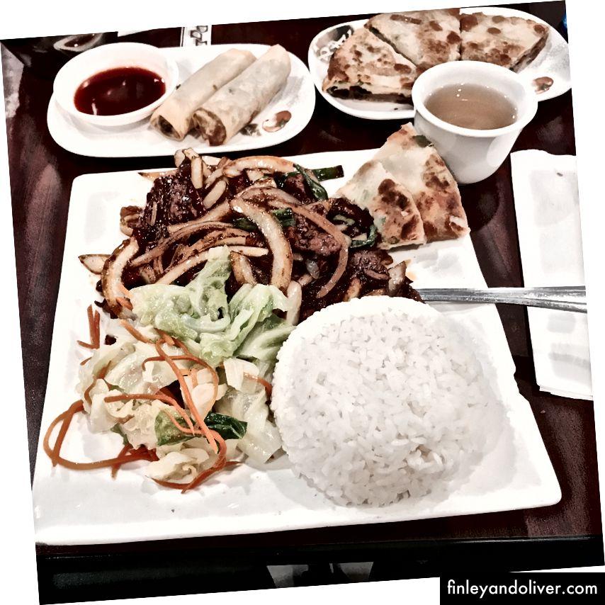 Μογγολική μπάρμπεκιου πιάτο ρυζιού (ρολά αυγών και τηγανίτες πωλούνται ξεχωριστά)