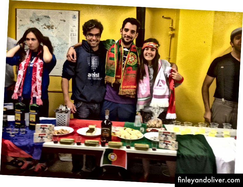 De Portugese tafel op de internationale avond. João in het midden, Catarina rechts.