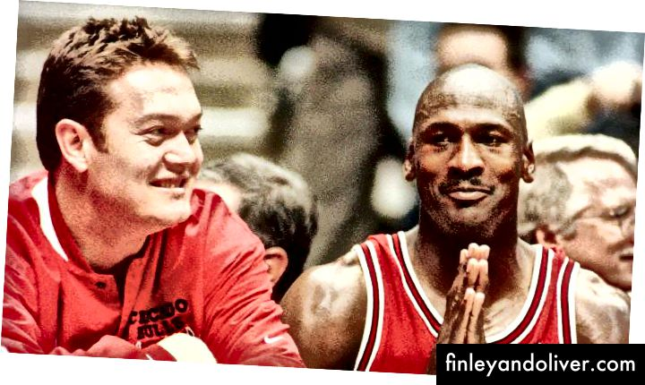 Michael Jordan # 23 en Luc Longley # 13 van de Chicago Bulls kijken toe vanaf de bank in Game Three van de NBA Finals 1996 tegen de Seattle SuperSonics in Key Arena op 9 juni 1996 in Seattle, Washington. De Bulls wonnen 108-86.