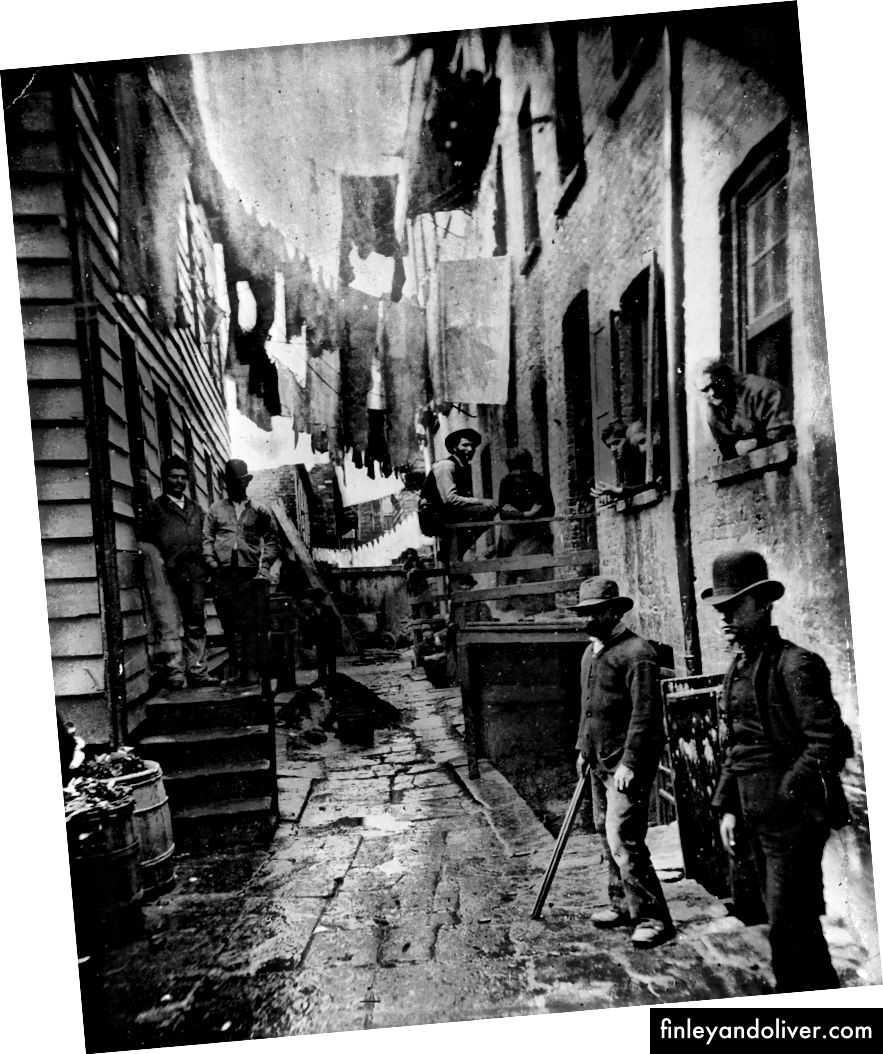 Ảnh của Jacob Riis, 1887: một nhóm người đàn ông đi lang thang trong một con hẻm được gọi là 'Bandit Hồi Roostát ngoài đường Mulberry ở NYC