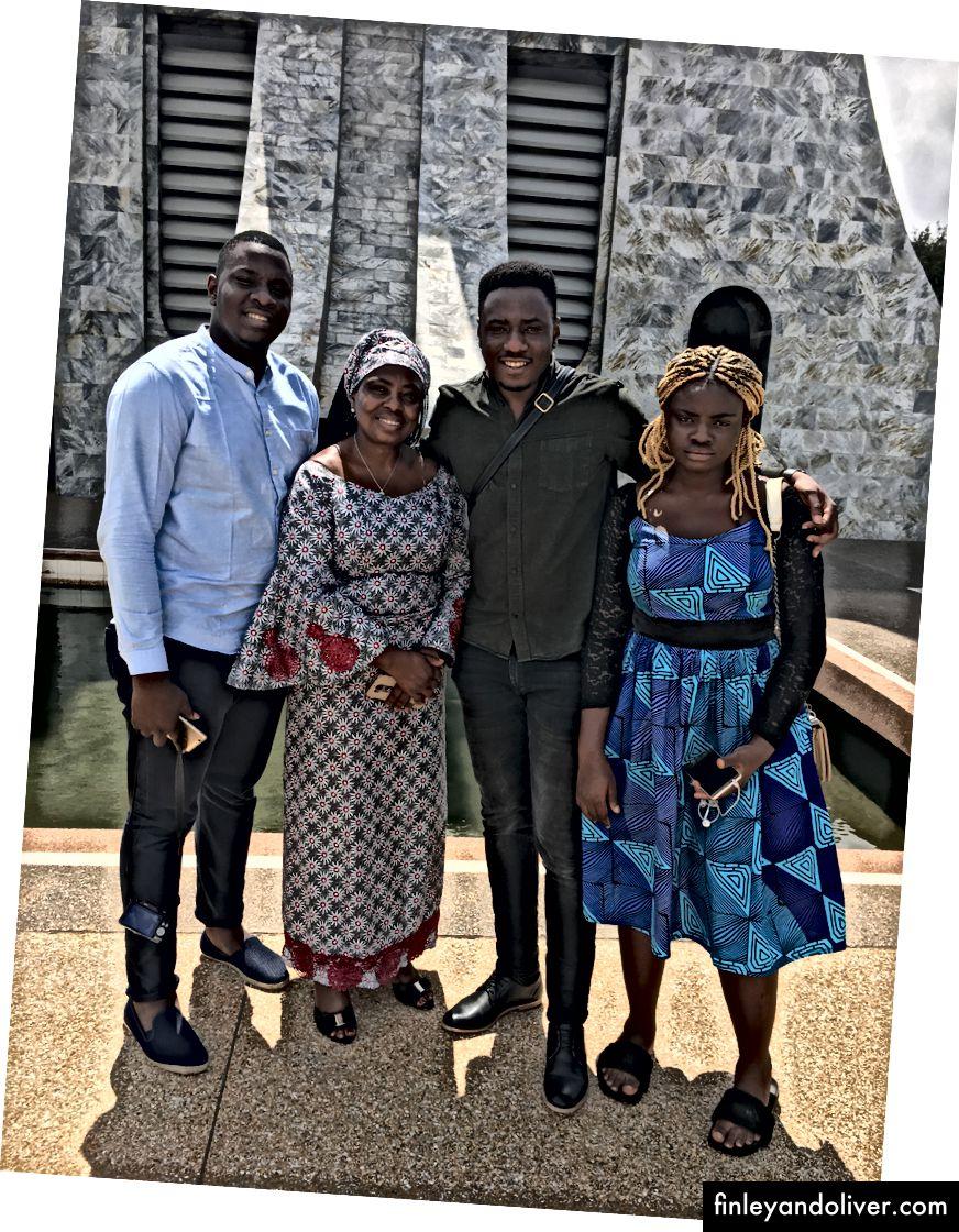 L: Tomi búp bê lên / C: Giết người khi gửi đi / R: Giờ gia đình, Accra