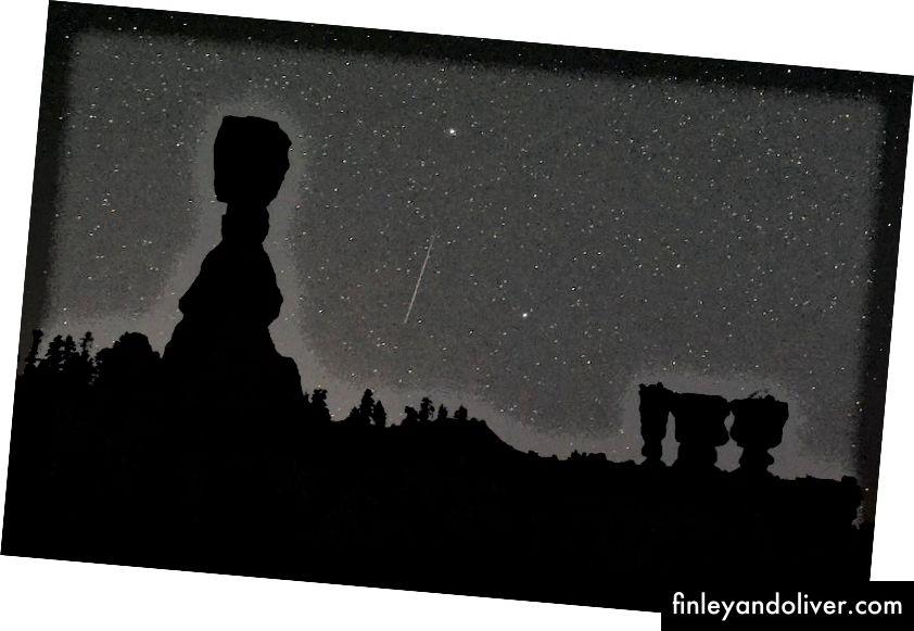 Perseid meteorasi 2016 yil 13 avgust kuni, Yuta shtatidagi Brayz-Kanyon milliy bog'ida Thor's Hammer (L) va Uch opa-singillar (R) ismli kaputlar orasida osmon bo'ylab yurmoqda. Perseid meteorlari Svet-Tuttle kometasidan kelib chiqqanligi sababli yorqinroq, uzunroq va ajoyibroq bo'ladilar, shu bilan birga ularning takrorlanishlari ularni yildan-yilga eng ishonchli yomg'irga aylantiradi. (Etan Miller / Getti rasmlari)