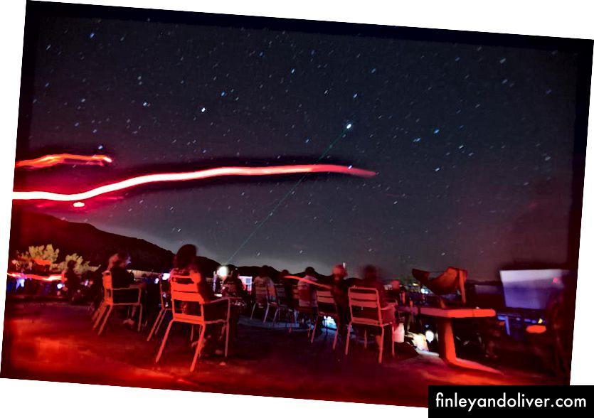 Đèn pin đỏ, đèn pha và các nguồn sáng khác, nếu được sử dụng một cách tiết kiệm, có thể cho phép bạn giữ tầm nhìn ban đêm ở mức tối ưu trong khi vẫn cho phép bạn nhìn thấy các vật thể, con người và sinh vật trên mặt đất. (Gina Ferazzi / Thời báo Los Angeles qua Getty Images)