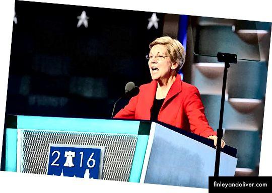 Senat Uorren 2016 yilgi Demokratik Milliy Kongressda so'zga chiqdi. Manba: A. Shaker / VOA [Umumiy mulk], Wikimedia Commons orqali