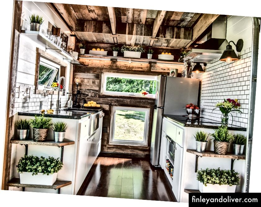 Keuken. Nashville, Tennessee. Gebouw en interieurontwerp door David Latimer voor New Frontier Tiny Homes. Fotografie door StudiObuell.