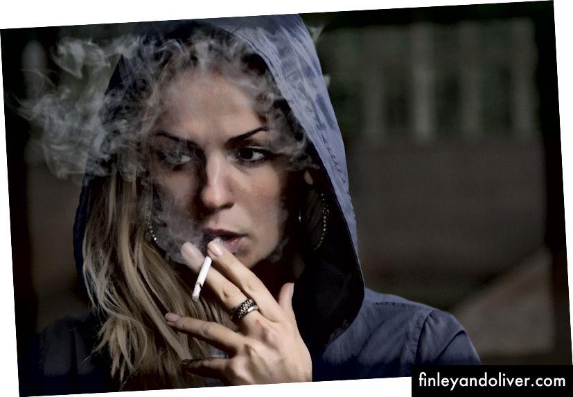 """""""En blond kvinne i en blå hettegenser som røyker en sigarett i Люберцы"""" av Stas Svechnikov på Unsplash"""