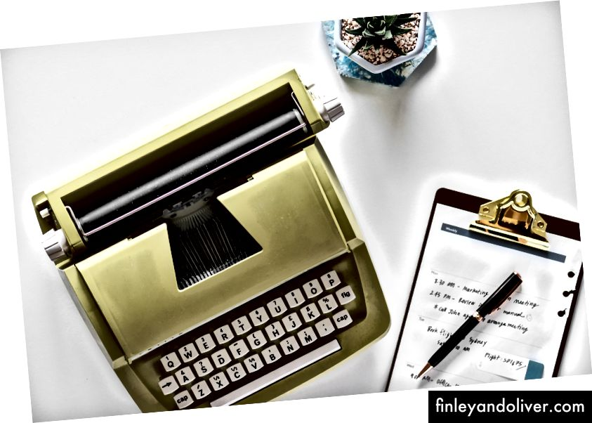 Máy đánh chữ màu nâu và trắng gần bảng tập tin màu đen