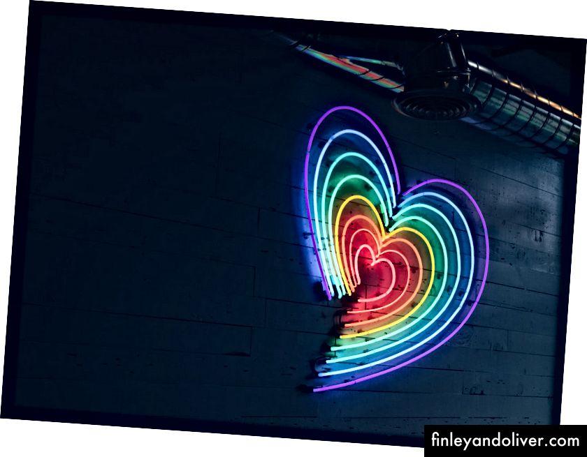 Форма серця, зроблена вогнями в кольорі веселки.