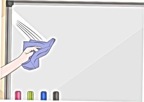 Czyszczenie tablicy za pomocą narzędzia do czyszczenia tablic suchościeralnych