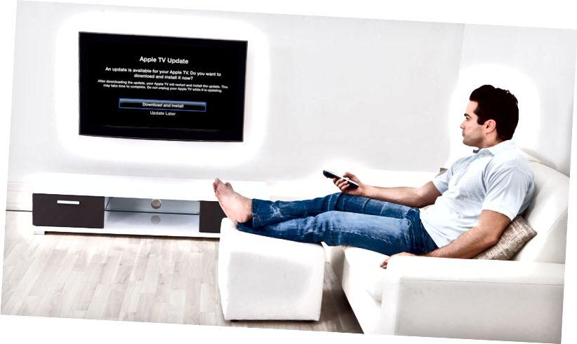 Абнаўленне праграмнага забеспячэння Apple TV глядзіць на канапе