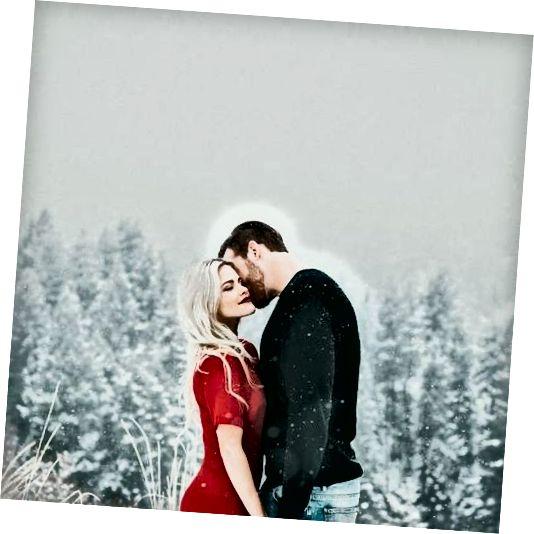 bella coppia innamorata che abbraccia in inverno
