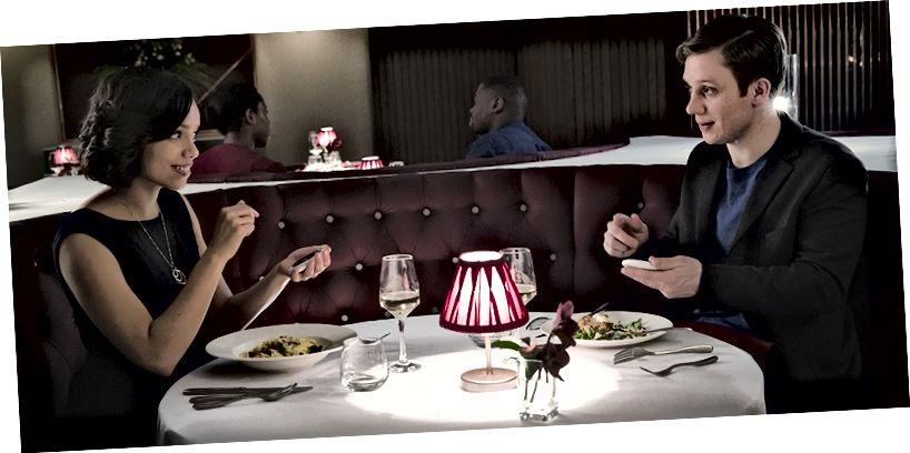 جورجينا كامبل وجو كول في فيلم `` Black Mirror: Hang the DJ ''. © 2017 Netflix.