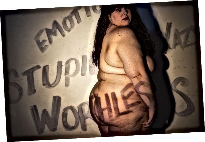 """""""Leiden Staate vu Geescht III"""" Opgeholl vum Fotograf Jason River. Text Iwwersiicht liest: """"Emotional. Domm. Lazy. Wäertlos."""