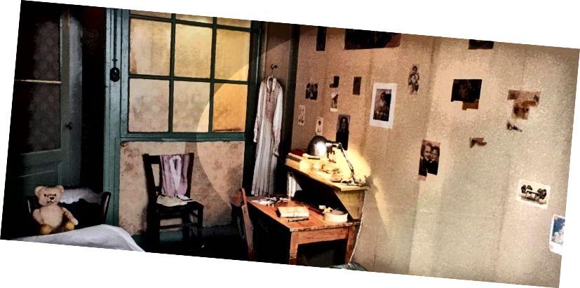 غرفة نوم Anne Frank's Annex (يمكنك أن ترى على جدارها صور المشاهير التي قصتها من المجلات القيل والقال)