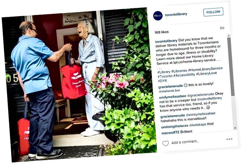 Una candida foto di un volontario che consegna un libro a un mecenate legato alla casa. Un buon post di @torontolibrary, che consente alle persone di conoscere ulteriori servizi di biblioteca.