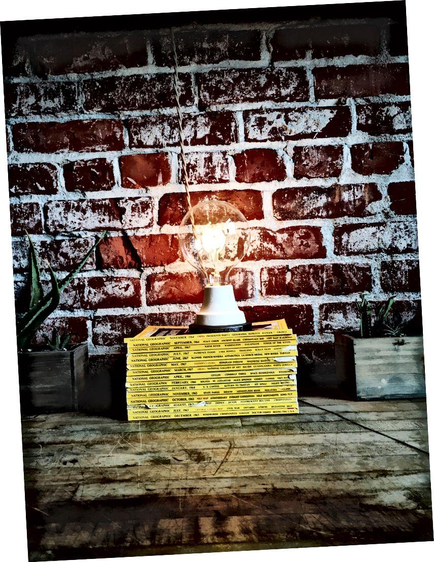 """""""Glödlampa på hög med böcker"""" av Jonathan Simcoe på Unsplash"""