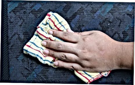 Använda ett diskmedel / vattenlösning (tygklädsel)