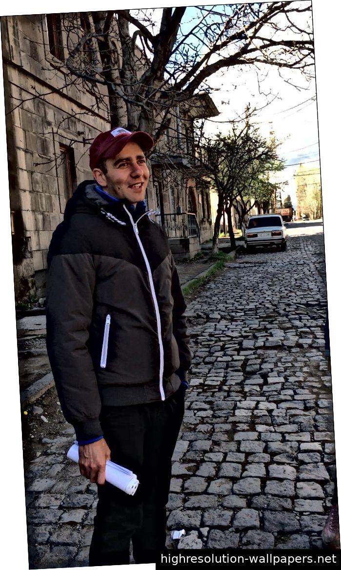 Armen Hovsepyan, Dolmetscher, Guide und Projektkoordinator für AiP in Gyumri, Armenien. (Skizze und Foto von Innes Borstel)