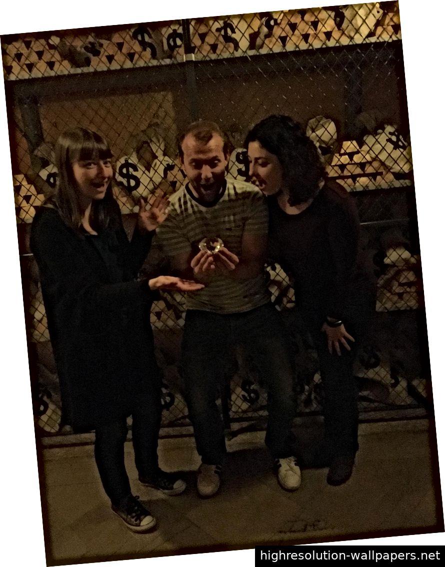 Elizabeth, Josh und Emma bewunderten das Juwel, das wir durch die Rätsel gefunden hatten