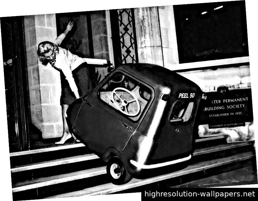 Das Peel P50 war klein und leicht genug, um bei Nichtgebrauch buchstäblich herumgezogen zu werden. Wen hat das Unternehmen ausgewählt, um zu beweisen, wie einfach das war? Eine Frau natürlich ...