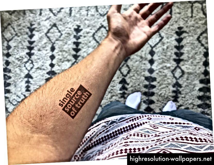 Nej, dette er ikke en rigtig tatovering. Ja, jeg matcher altid mine t-shirts til mit tæppe.