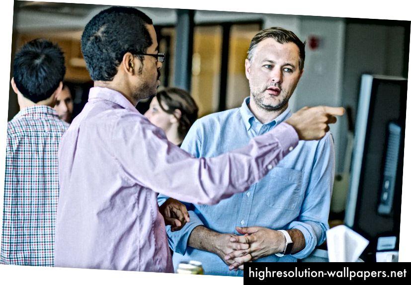 Designer Diogenes Brito i samtale med en kollega på Slack. Fotokredit: Fastco Design