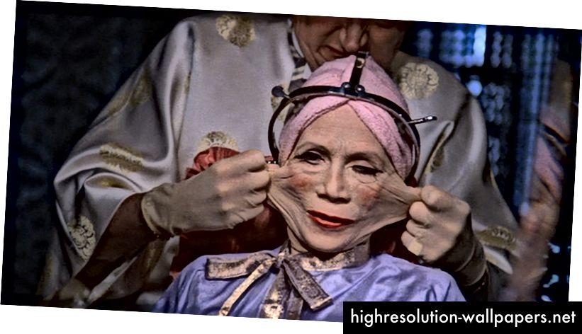 Fotograma de una película de Terry Gilliam donde usa a una mujer para demostrar un punto.