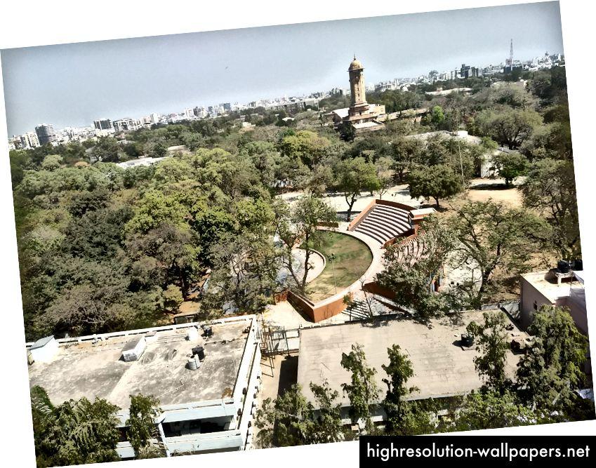 Dette er udsigten fra taget af Physical Research Laboratory. I baggrunden kan tårnet fra Gujarat University ses.