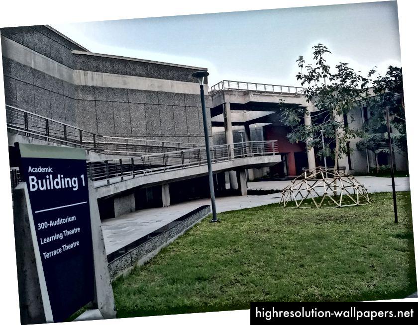 Se hvordan IIT Gandhinagars samlede designsprog undgår en sådan tilfældig uoverensstemmelse af ideologier og forener hele følelsen. Et tilfældigt abstrakt kunstværk som mange af vores egne, demonstreret i Arkitekturafdelingen.