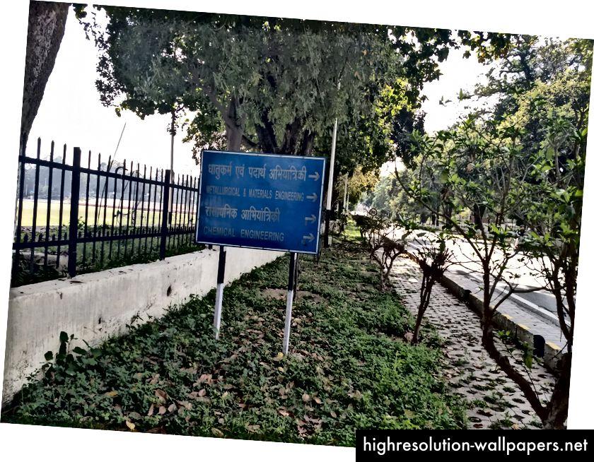 Der er ikke den mindste konsistens på skiltene her hos IIT Roorkee. Nogle er kun hindi, andre kun engelsk på nogle sprog. Bemærk også, hvor arkaisk og dateret de ser ud. Der er nul modernitet.